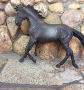 Игрушечная фигурка лошади