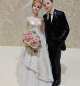 На торт фигурга жениха и невесты.