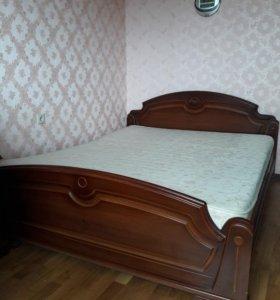 Двуспальная кровать с прикроватными тумбочками