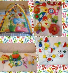Коврик и игрушки для малыша