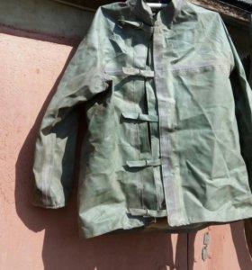 Костюм резиновый: куртка, брюки, ремень.