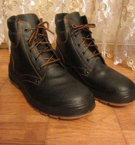 Мужские ботинки и резиновые сапоги разные