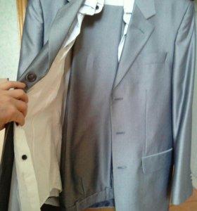 Продам костюм+две белые рубашки