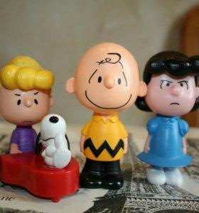 Игрушки из мультфильма Снупи и мелочь пузатая.