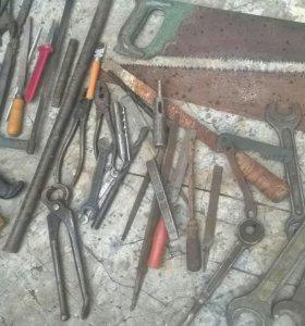 Инструмент- пассатижи,ключи,пилы,молотки