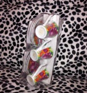 Кофейные чашки с блюдцами на подставке