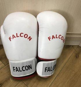 Лот из трёх видов перчаток для бокса.