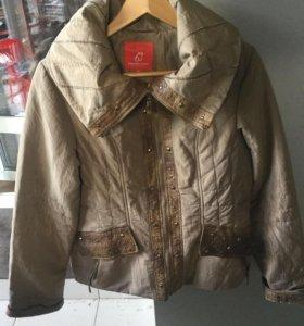 Отличная куртка в воротнике капюшон