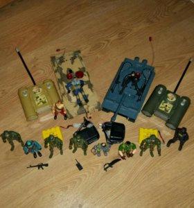 Танковый бой и набор солдатиков
