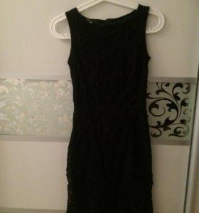 Чёрное приталенное платье