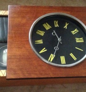 Часы механические с маятником в деревянном корпусе