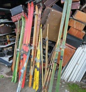 Старые советские лыжи  с палками (20 пар).