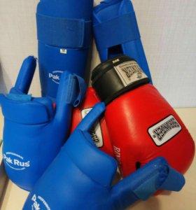 Защита для ног и перчатки для бокса