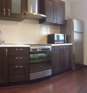 Кухонная мебель с раковиной и смесителем