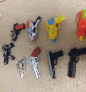 Пистолеты игрушечные пластмассовые.