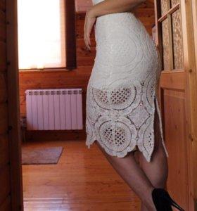 Бандажное белое платье с кружевом