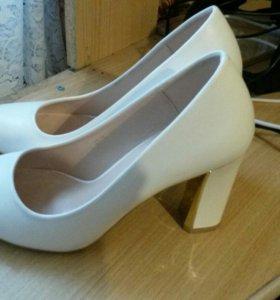 Белые красивые туфли 36р.