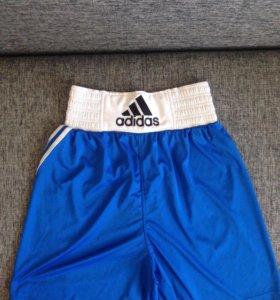 Форма боксёрская, майка и шорты синие.