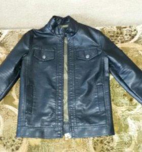 Кожанная курточка на мальчика 7-9 лет