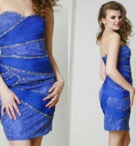 Синее платье-футляр со стразами