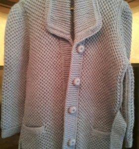 Вязанное пальто ручной работы.
