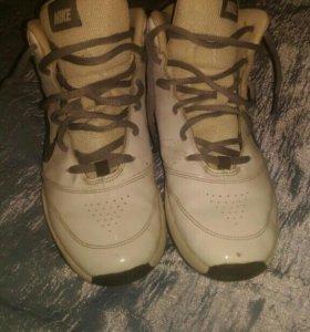 Баскетбольные кроссовки Nike.