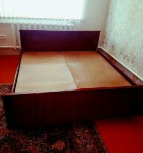 Двухспальная кровать и 2 матраса