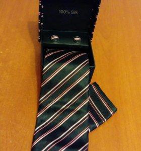 Набор для мужчин :галстук, платок, запонки.