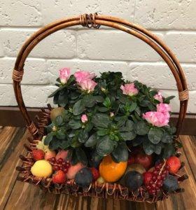 Корзина фруктов с азалией подарок