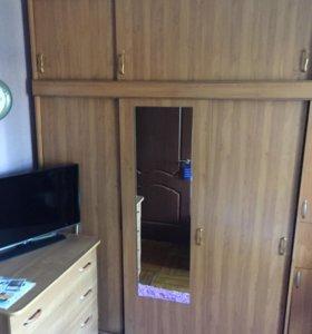Шкаф трёхстворчатый с антресолью и зеркалом.