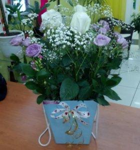 Шляпная коробка 3 розы белых 4 кустовых