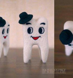 Зубик подарок стоматологу валяный, в наличии.