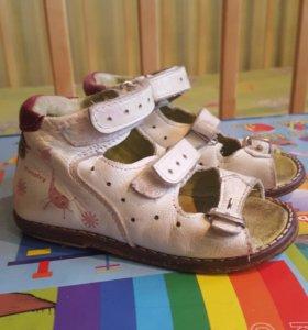Продам детские сандалии