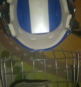 хоккейный шлем и щетки