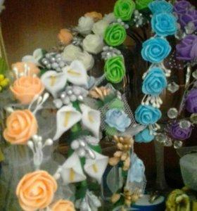 Венки из цветов, диадемы и гребни из бисера ручной