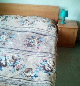 Продам двуспальную кровать, тумбочки, столик