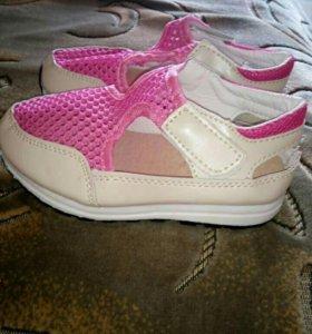 Новые кроссовки для девочки.
