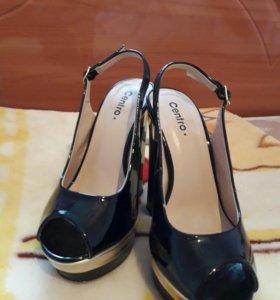 Туфли лаковые,каблук металлический.