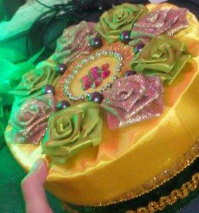 Желто-зеленая шкатулка с золотым оформлением.