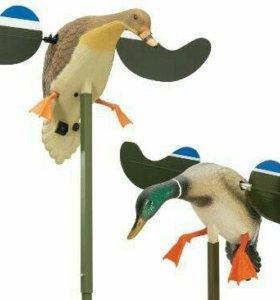 Чучело утки,селезеня с махающими крыльями на батар