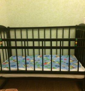 Детская кроватка и матрас.
