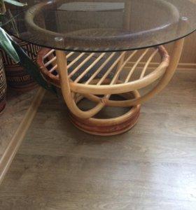 Стеклянный стол из ротанга