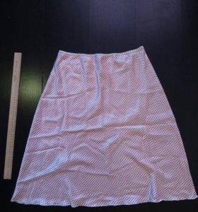 Атласная белая юбка в красный горошек