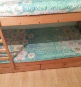 Двухъярусная кровать вместе с матрасами