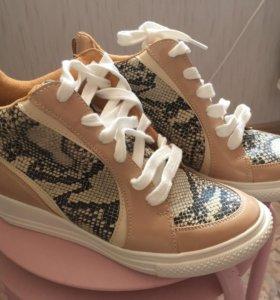 Новые ботинки Сникерсы