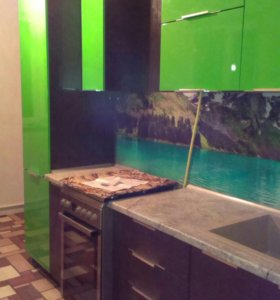 Кухонный гарнитур со стеклянным фартуком