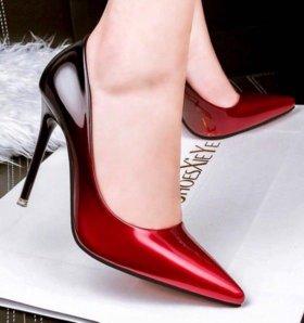 Туфли красно-чёрные а-ля лабутены
