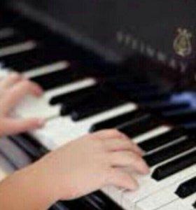Обучаю игре на фортепиано.