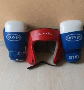 Боксёрский шлем и перчатки.