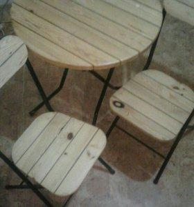 Складной деревянный стол и два складных стула